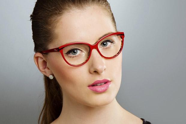 макияж со стрелками для девушки в очках