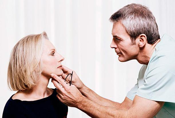 врач осматривает результат блефаропластики