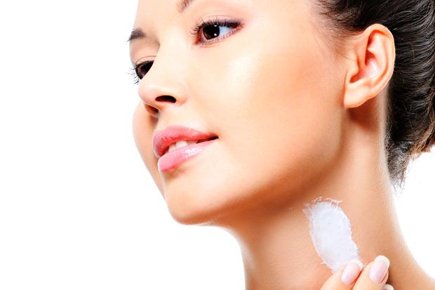 нанесение крема на шею