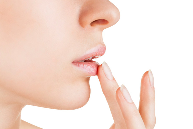 девушка наносит мед на губы